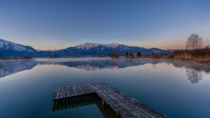 mountains_lakes_trees_reflecting_in_the_morning_tranquil_scenery